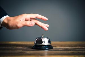 ベルを鳴らす男性の手